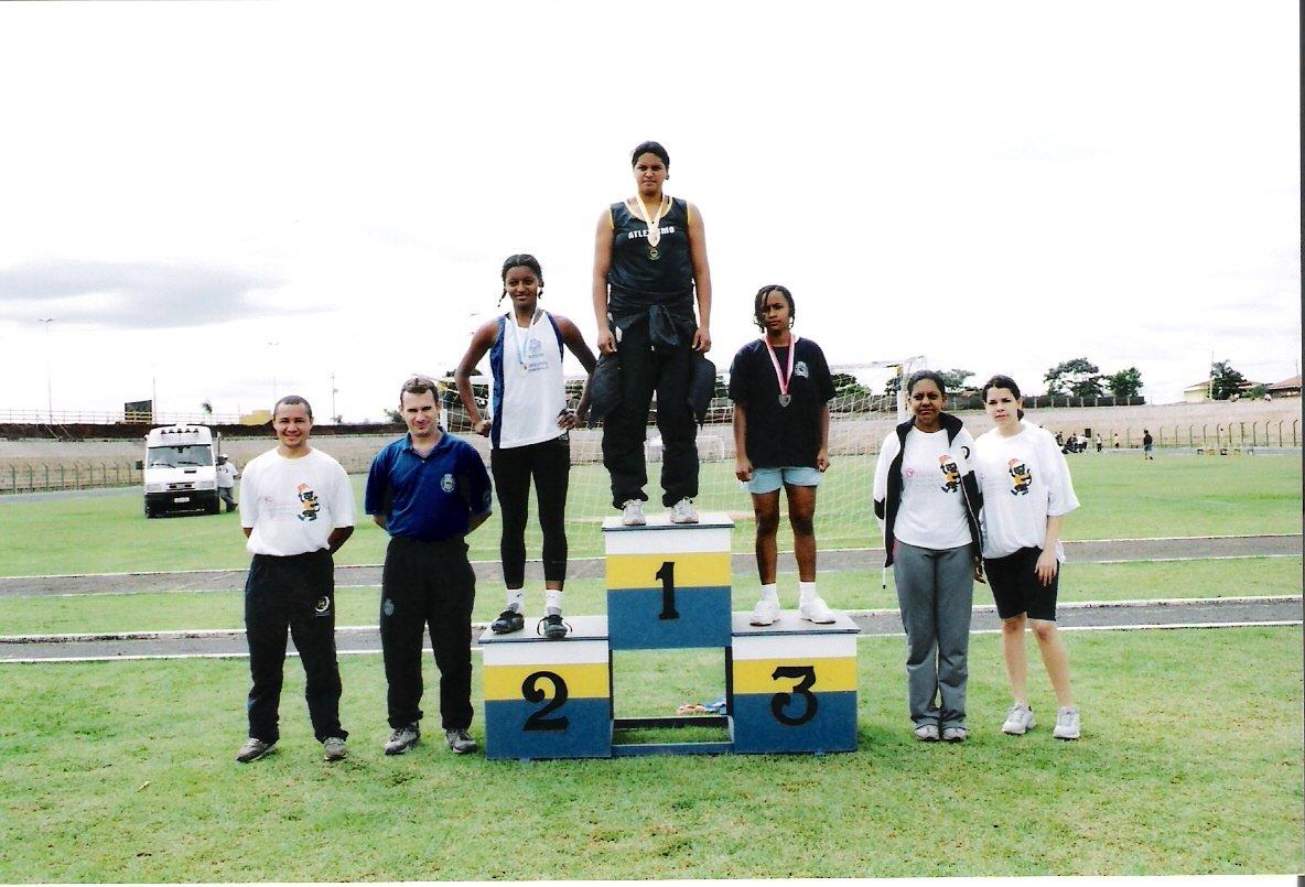 Taís subiu no alto do pódio ao vencer no arremesso de peso