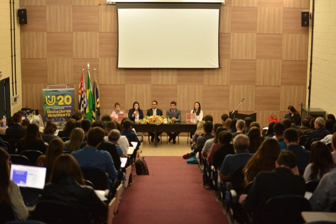 Lançamento do livro teve evento na UniFAJ e reuniu alunos e ex-estudantes