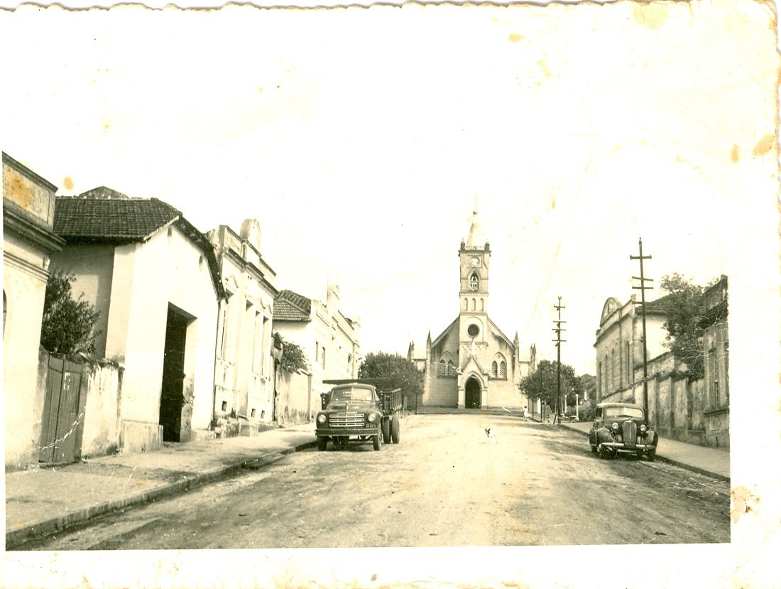 Foto antiga mostra a Matriz Centenária e como era uma das ruas do centro