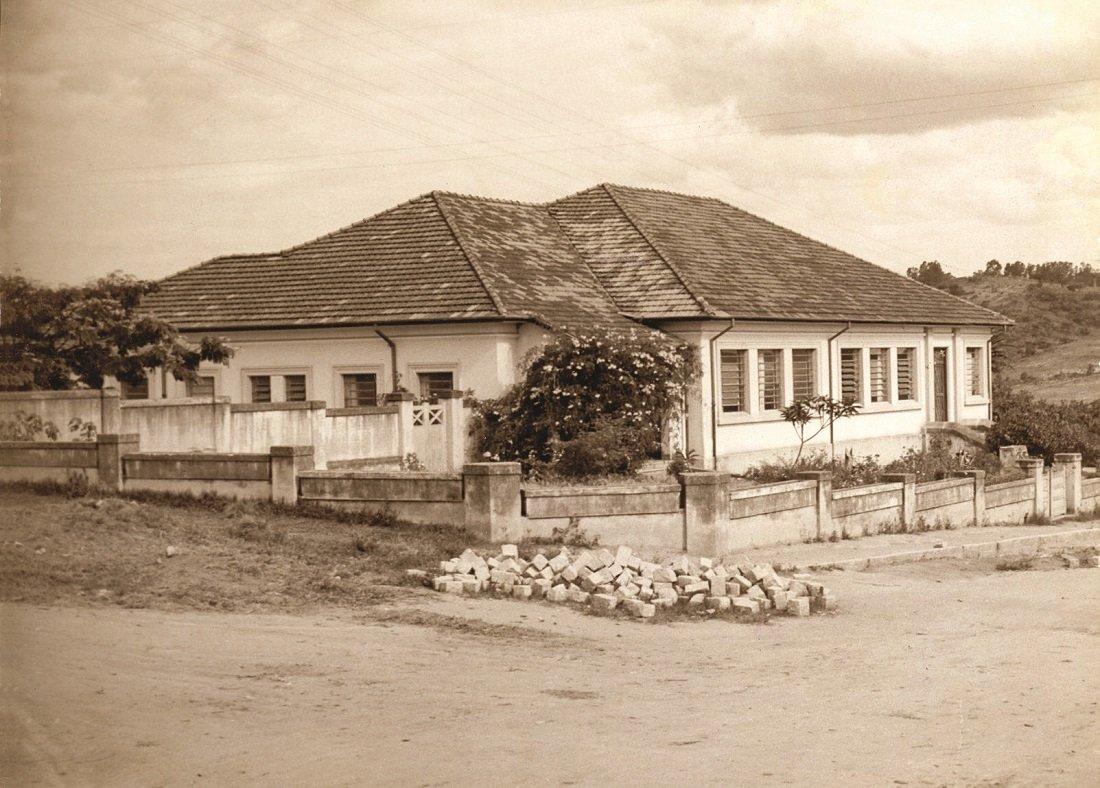 Foto mostra como era a fachada da escola Amâncio Bueno