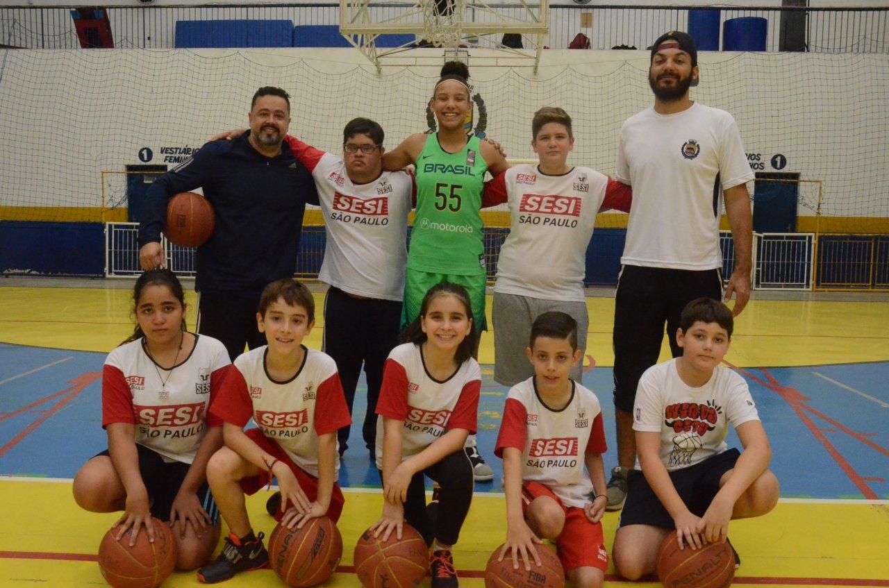 Taissa com alguns alunos do projeto Campeões e o técnico Ciro Pires