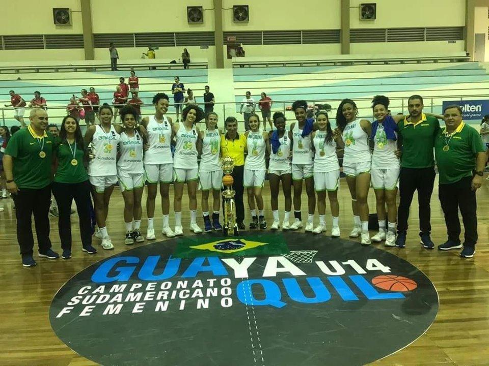 Taissa com a Seleção Brasileira e o troféu de campeã