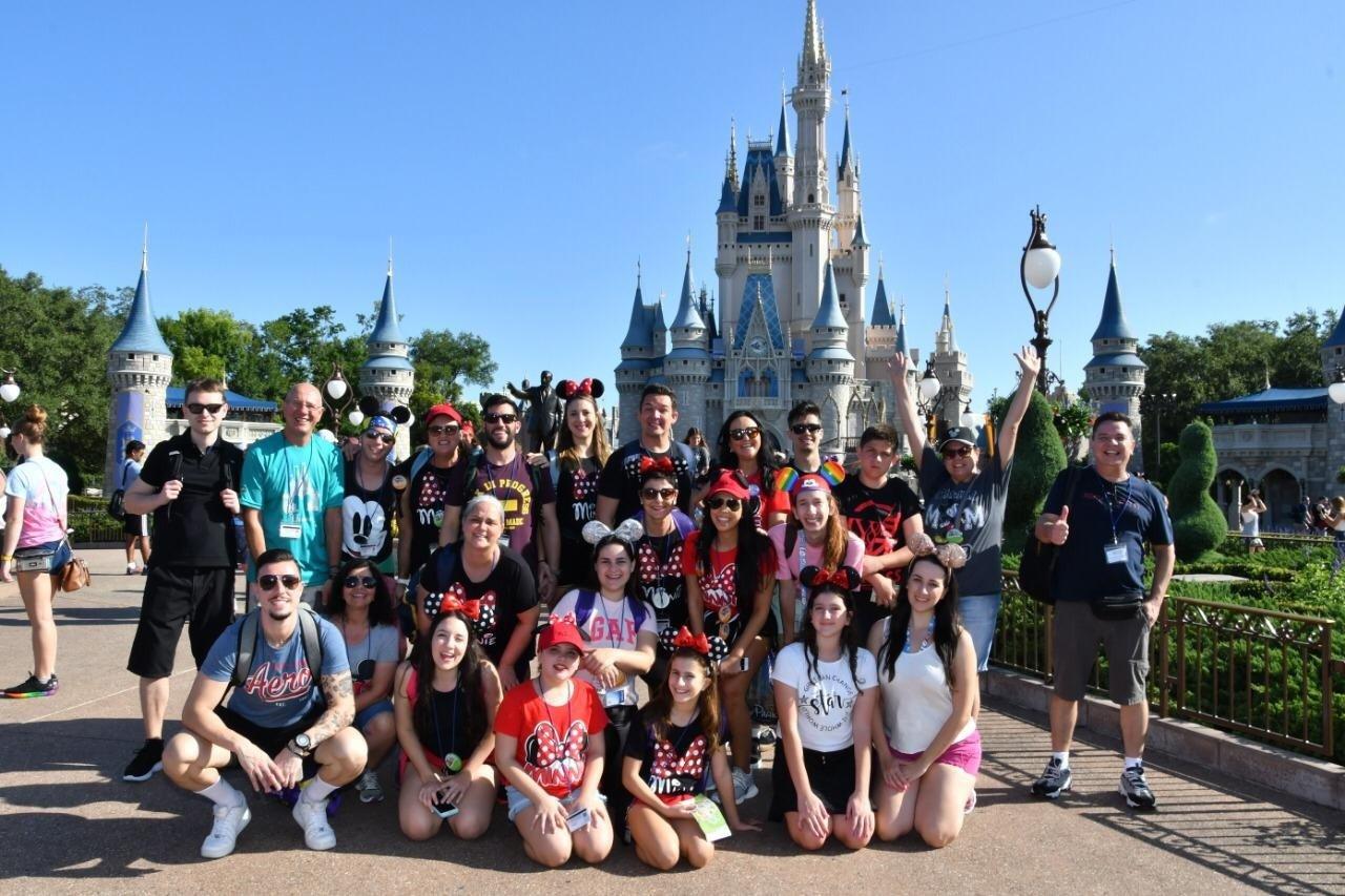 Grupo realizando um sonho com foto no Magic Kingdom