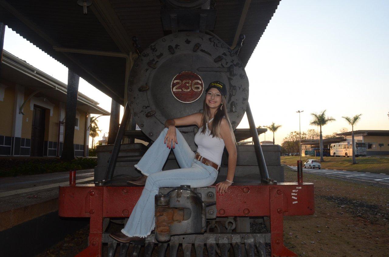Maria Eduarda num dos principais pontos turísticos de Jaguariúna (Foto de Gislaine Mathias)