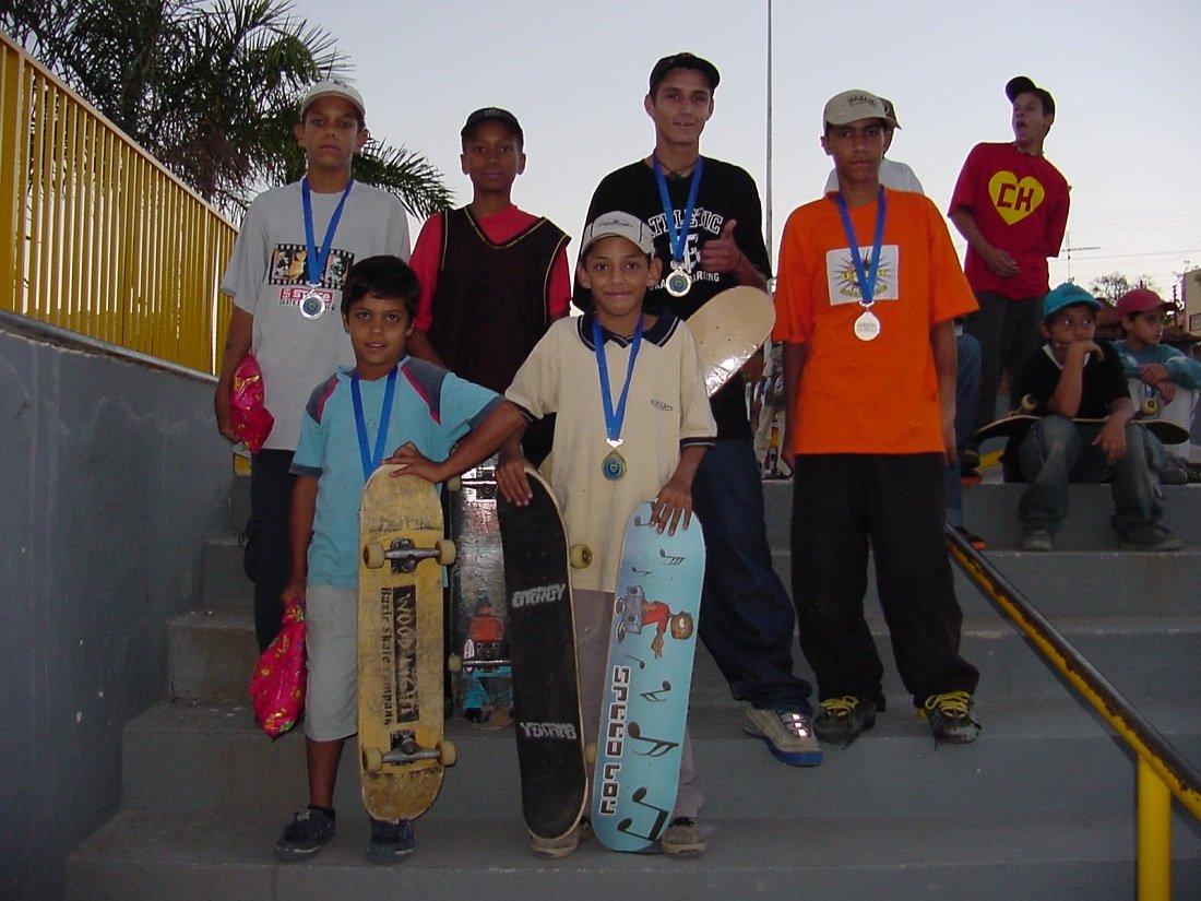 Estudantes mostraram habilidades com o skate e comemoram os pódios