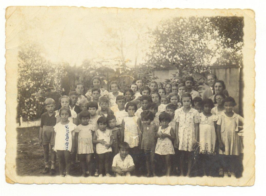 Era costume do pai Carlos Turato, subprefeito e primeiro vice-prefeito de Jaguariúna, e da mãe Oscarlina Pires Turato, primeira professora residente do distrito, reunirem as crianças do local para fazer teatrinhos em sua casa
