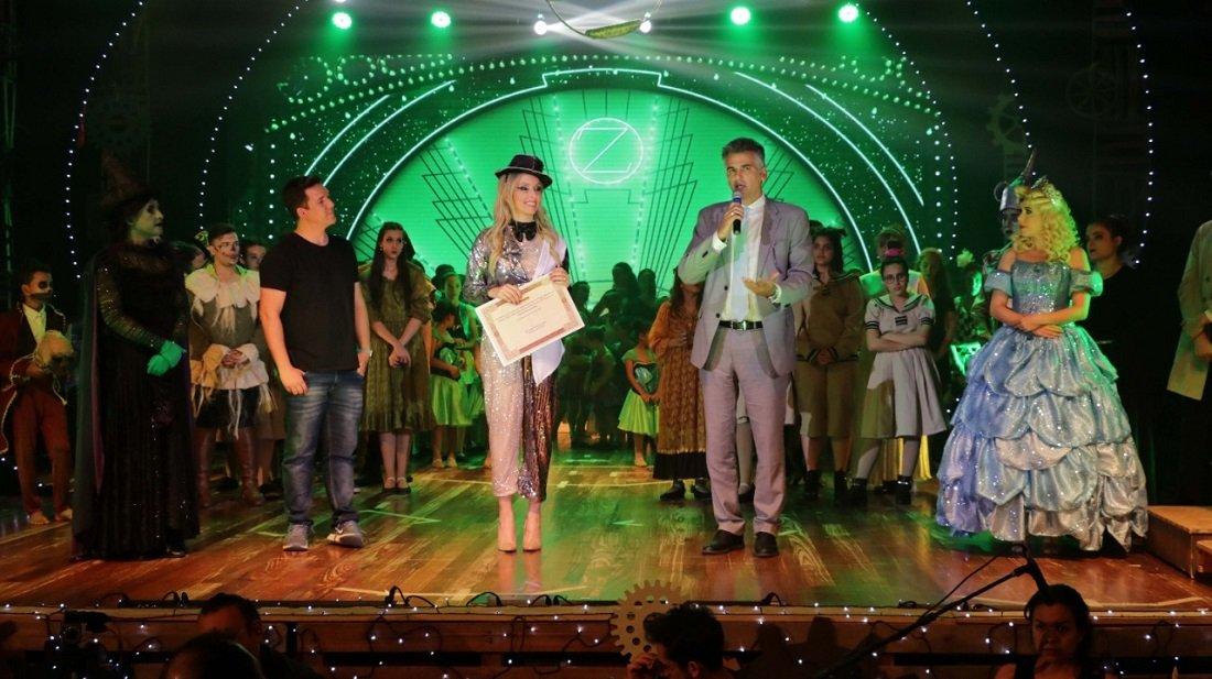 Prêmio é entregue para a secretária Maria das Graças pelo prefeito Gustavo na encenação de Bruxas