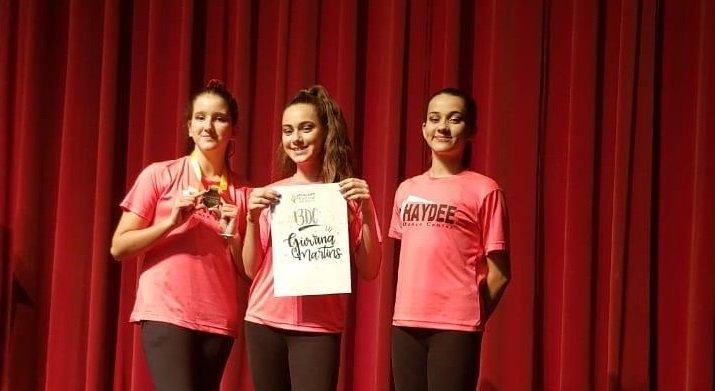As alunas Nicole, Giovana e Sophia no palco do Aplausos