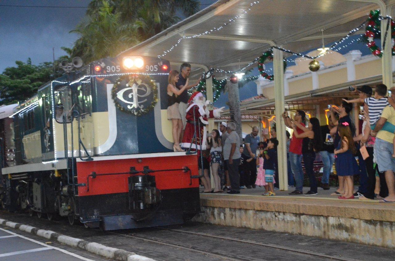 A chegada do Papai Noel de trem já virou uma tradição na cidade e na região