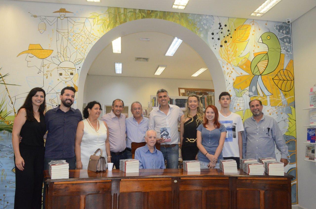 Autoridades e familiares durante o lançamento do livro de Manoel Rodrigues Seixas (Fotos Gislaine Mathias)