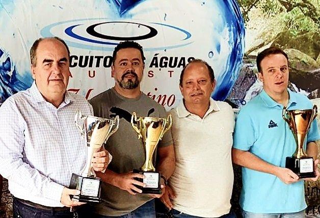 Diretor de Esportes de Jaguariúna, Ciro Pires recebe troféu pelo título da cidade nos Jogos