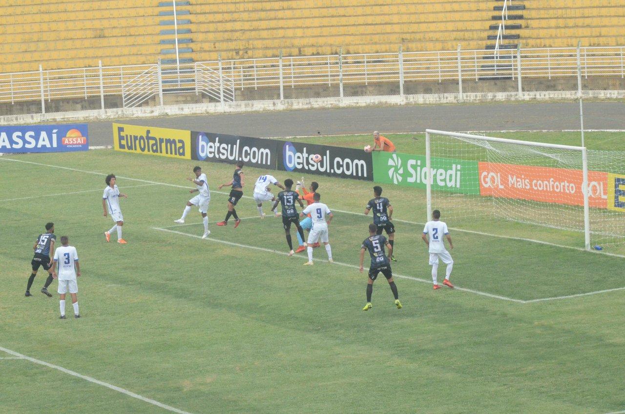 De cabeça, Khaian marcou o segundo gol para Jaguariúna