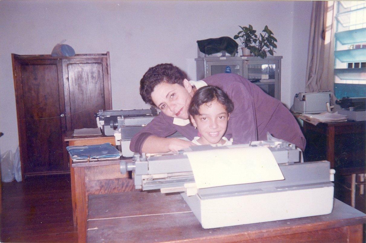 Professora Marlene com a aluna Stefani Scareli durante aula na Escola de Datilografia no Salão do Padre