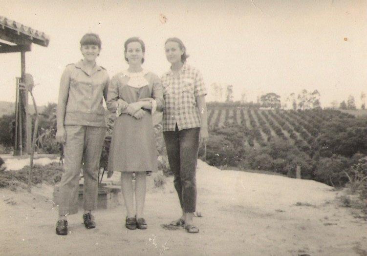 Confraternização no sítio Santa Cruz: Irmã Lídia, tia Nair e Leontina, no ano de 1967