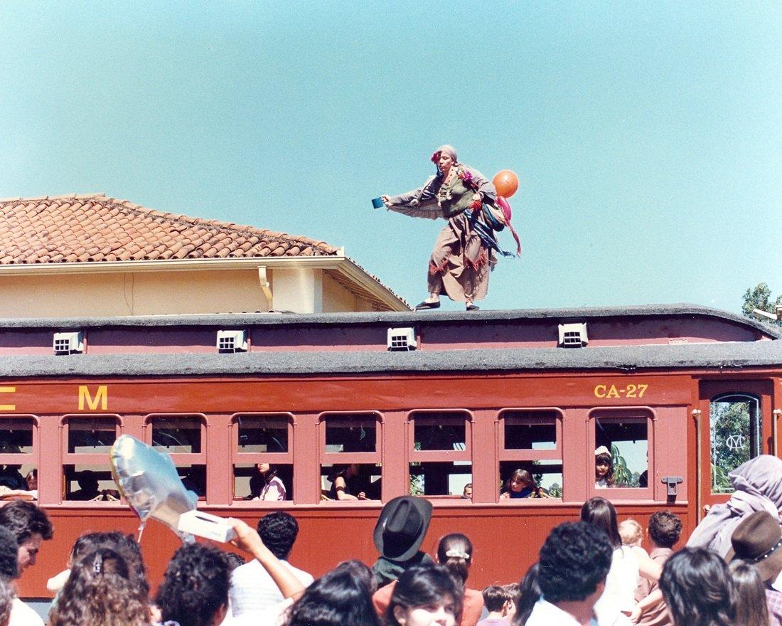 Atriz Angela Leal, que interpretava a velha Biga, divertiu o público durante gravação no desfile das caravanas de rodeio