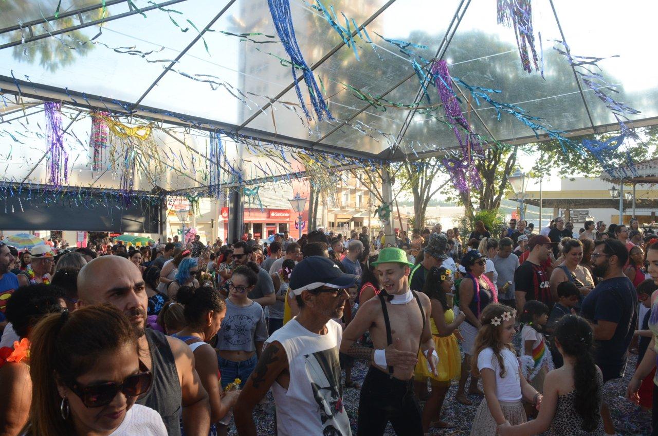 Público invadiu a praça no domingo de folia