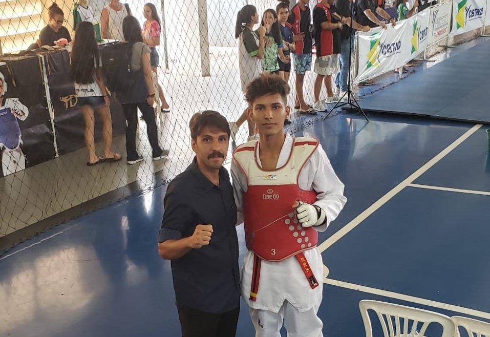 Técnico José Luiz junto com o atleta Caio, quinto colocado