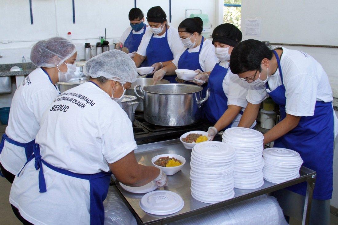 Entrega de marmitex aos alunos envolve o trabalho de vários profissionais (Foto Ivair Oliveira)