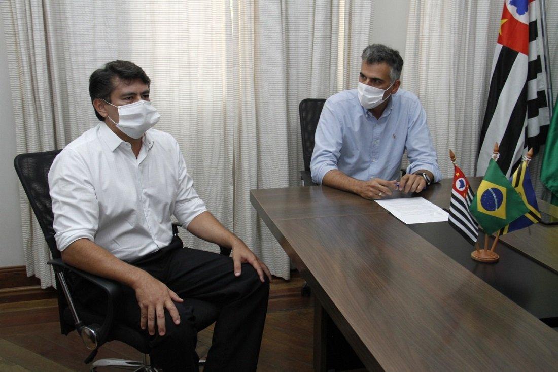 Novo secretário de Desenvolvimento junto com o prefeito Gustavo Reis