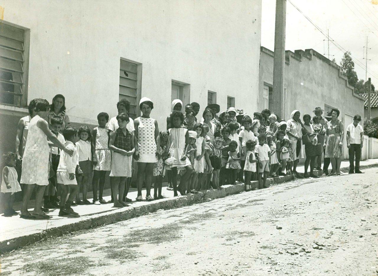 Tempo em que o padre Gomes distribua alimentos para os mais carentes no Natal: prédio do cinema, atual teatro, na rua Amâncio Bueno