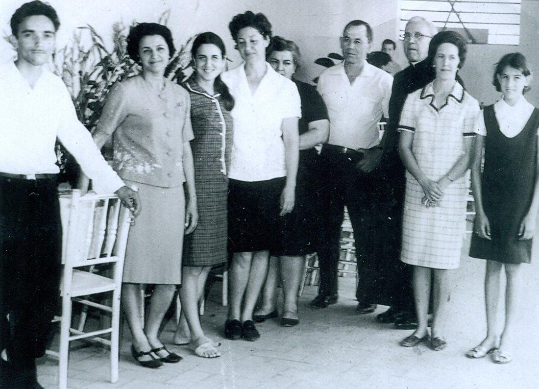 Padre Gomes e algumas pessoas da comunidade que ajudavam na organização dos eventos