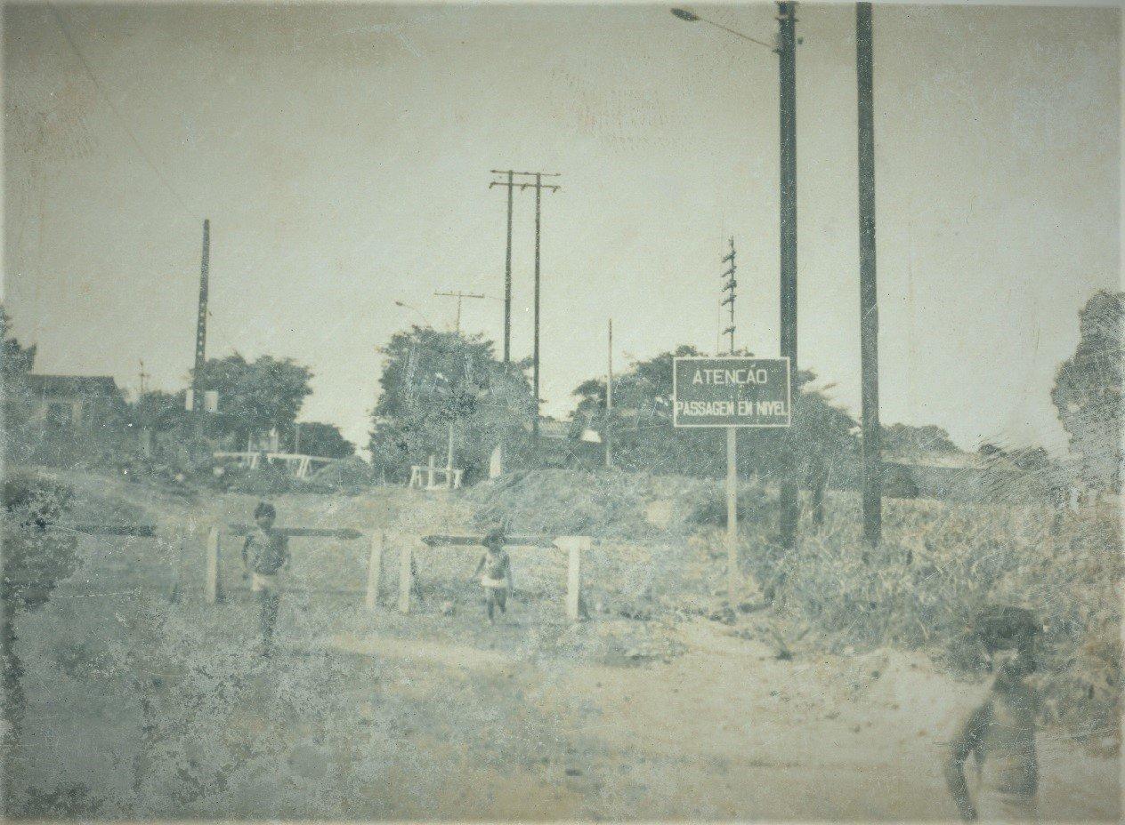 Foto mostra a Rua Alfredo Bueno, quando trens de passageiros e cargas passaram pelo local, com destino à  Estação de Jaguariúna (Foto de José Luís Rodrigues Seixas)