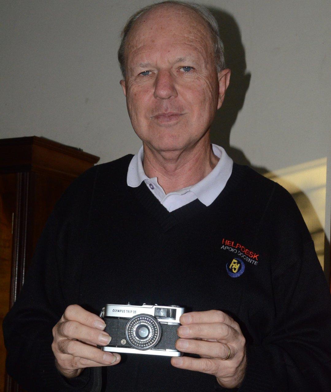 José Luís mostra a máquina fotográfica que registrou diversos momentos