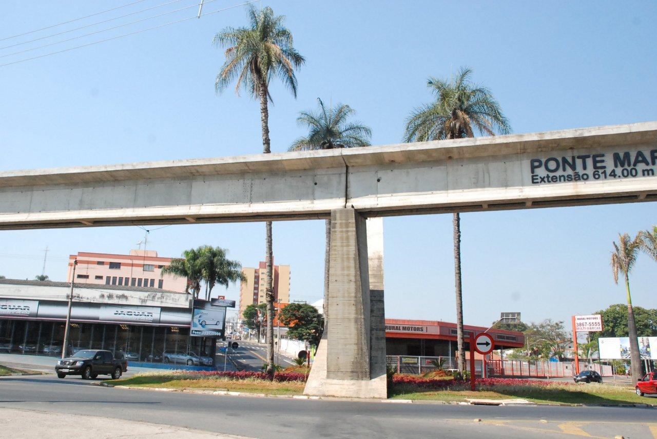 No lugar dos antigos pontilhões foi construída uma ponte moderna