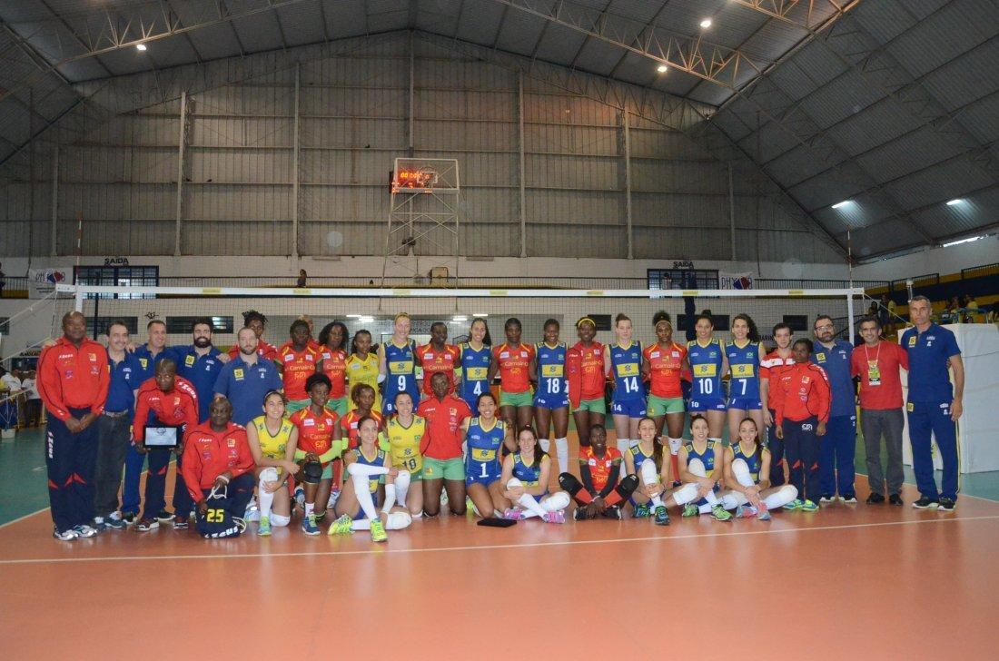 Jogadoras de Camarões e da Seleção Brasileira Sub 23 durante amistosos