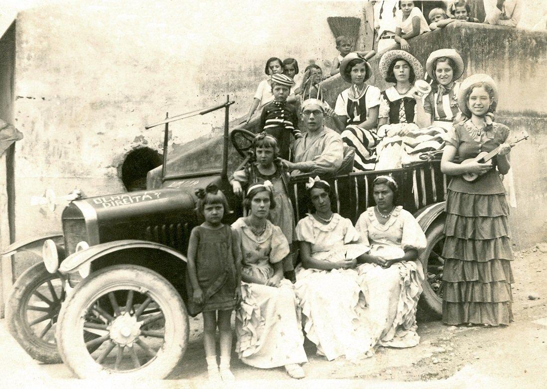 Corso de carnaval de rua da década de 1930 em Jaguary (Foto Casa da Memória Padre Gomes)