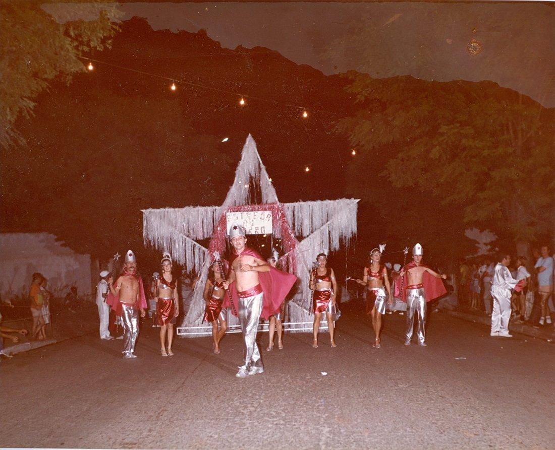 Foliões mostravam bastante animação na avenida do samba