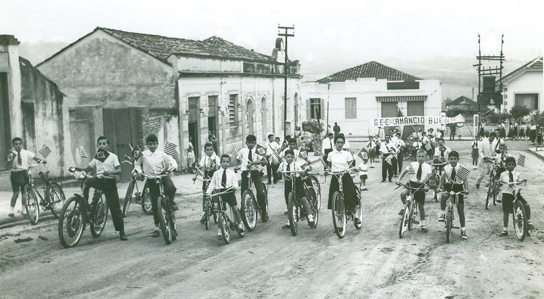 Foto mostra os alunos comemorando a Independência do Brasil no ano de 1956