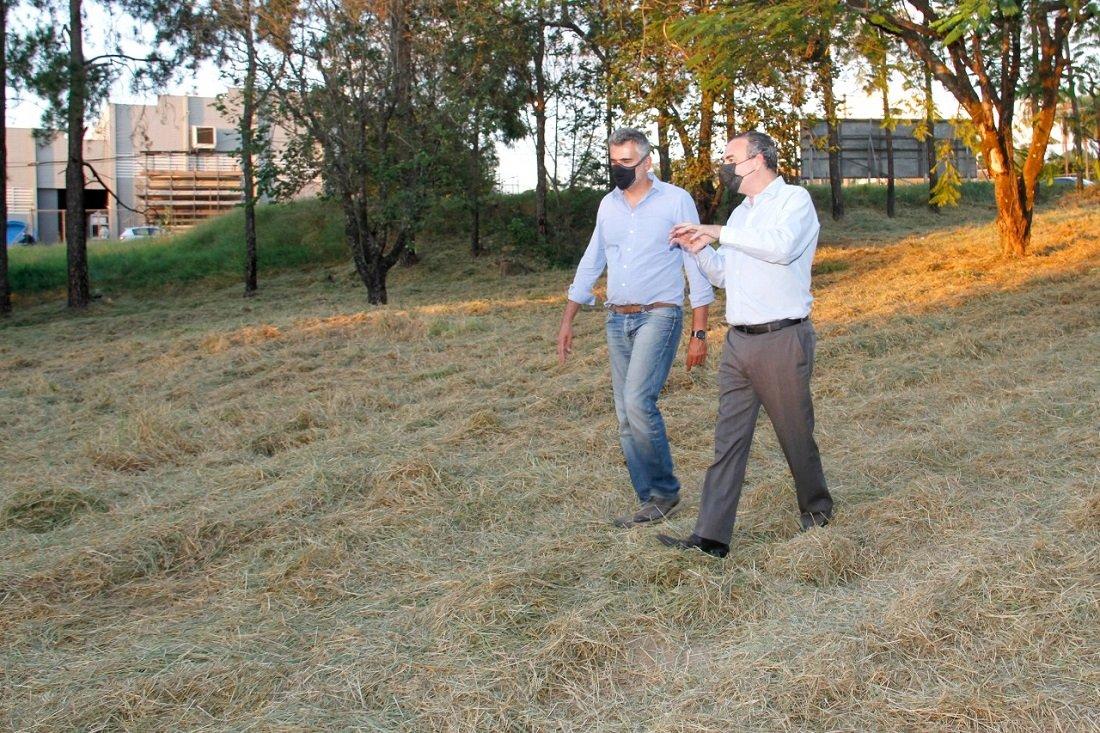 Prefeito Gustavo e o secretário estadual Flavio durante vistoria no terreno (Foto Ivair Oliveira)