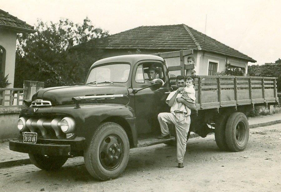 Guido Tozzi, um dos primeiros caminhoneiros. Na carroceria a criança Eduardinho Tozzi. Em pé: Reinaldo Abrucezzi e Celso Henrique Tozzi (Cecé): rua Júlia Bueno, 1949 (Acervo Casa da Memória Padre Gomes)