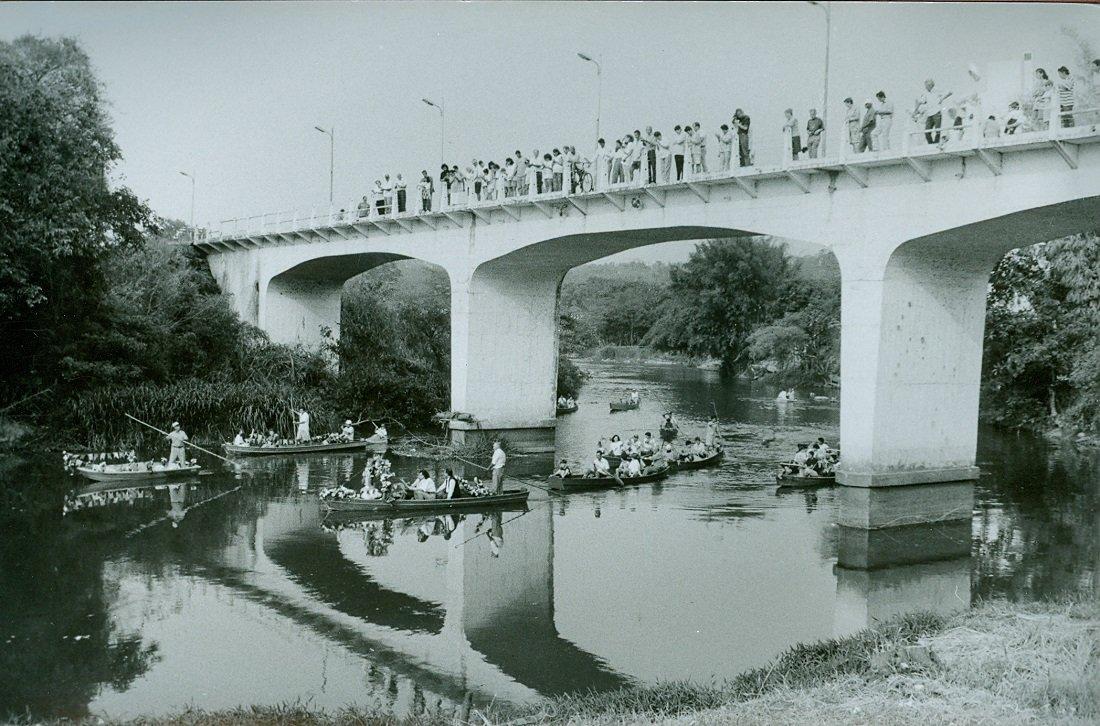 Público acompanhava a Procissão de Barcos em cima da ponte (Foto Casa da Memória Padre Gomes)