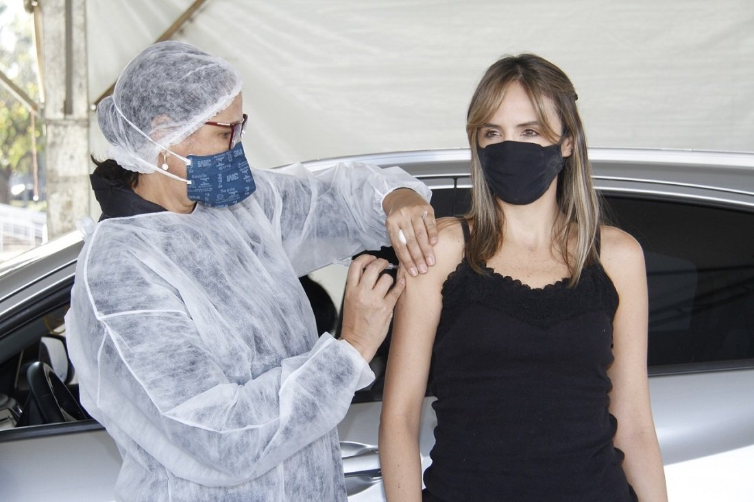 Pessoas com mais de 30 anos podem ser vacinadas neste sábado