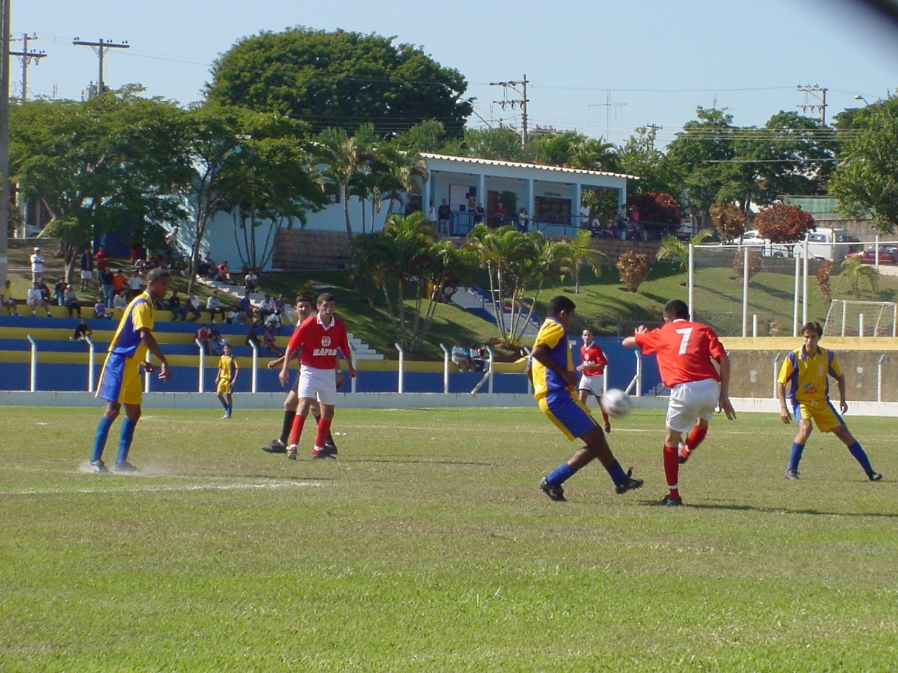 Centro de Lazer é um dos espaços públicos liberados para a prática do futebol (Foto Gislaine Mathias)