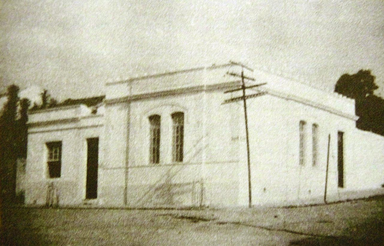 Foto mostra o primeiro prédio que abrigou a prefeitura de Jaguariúna na década de 50 (Acervo Casa da Memória Padre Gomes)