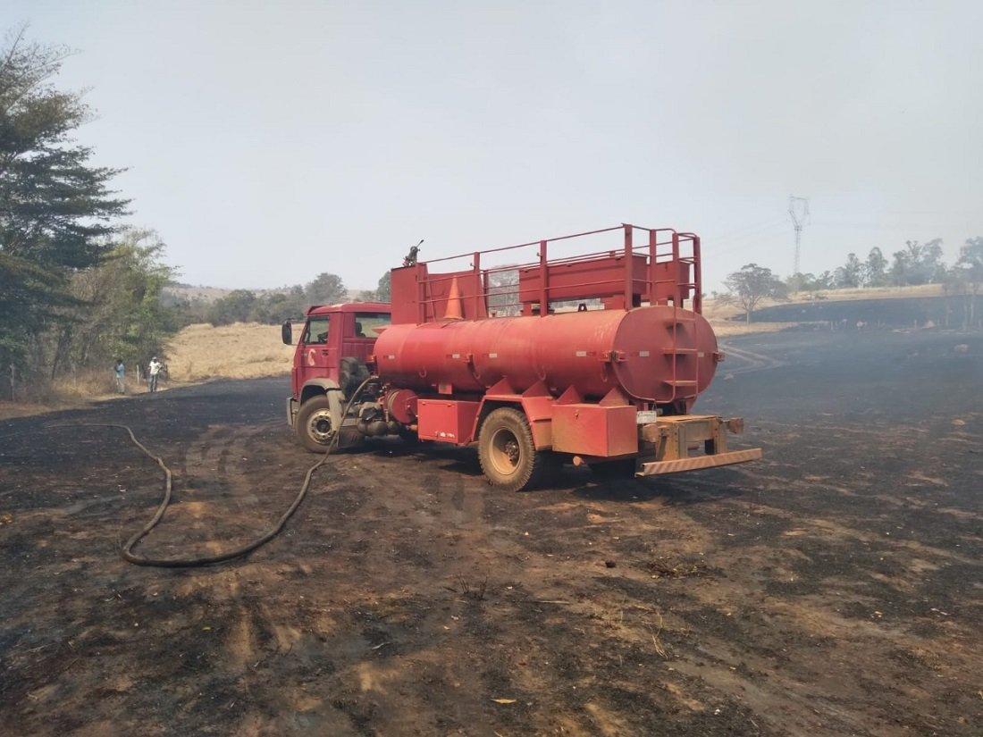Após o fogo queimar vegetação cenário é de tristeza (Foto Ivair de Oliveira)