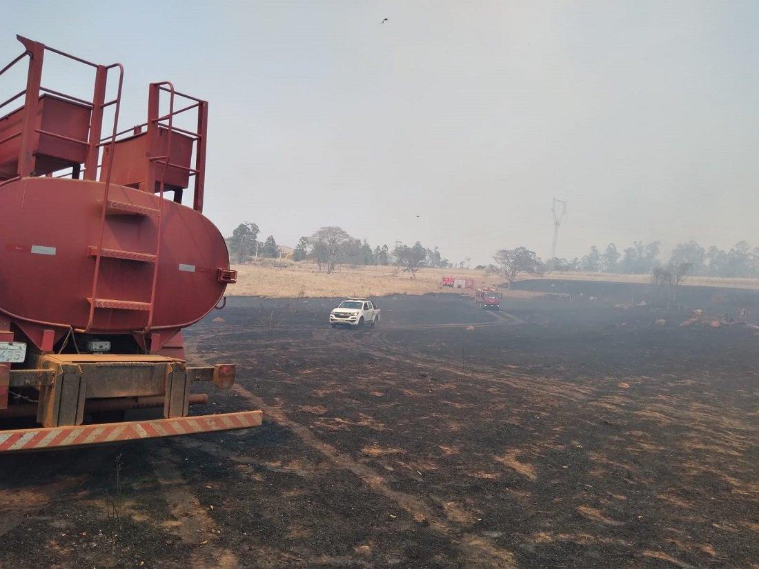 Cenário triste com pasto queimado mostrando grande área afetada (Foto Defesa Civil)