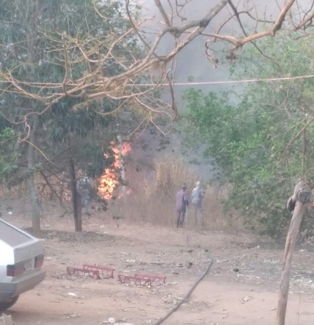 Ação mostra as dificuldades de apagar o fogo em mata nativa (Foto Defesa Civil)
