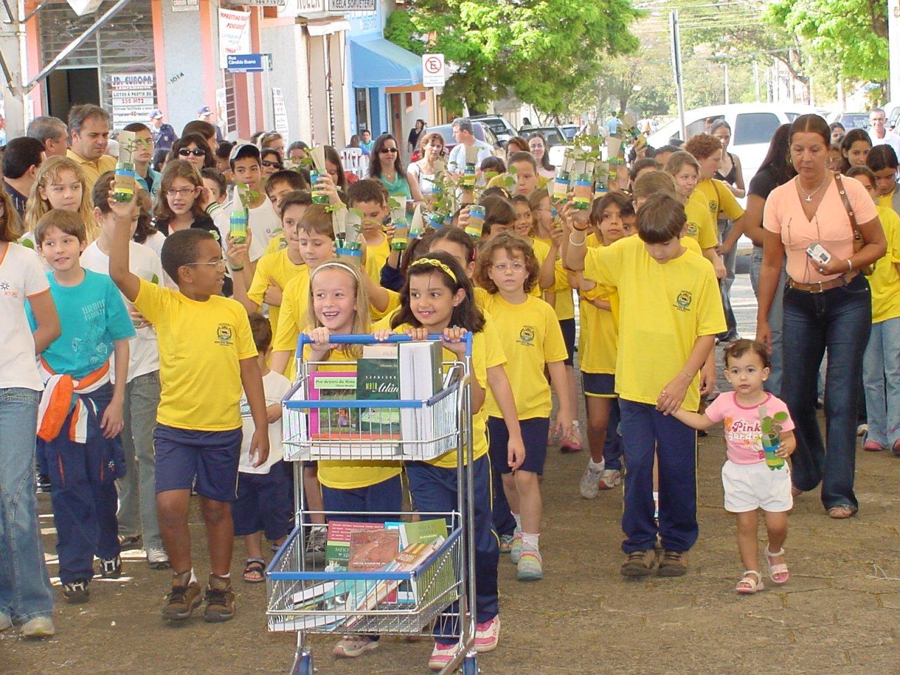 Momento da celebração em que crianças participaram do ofertório com mudas de árvores (Foto Gislaine Mathias)
