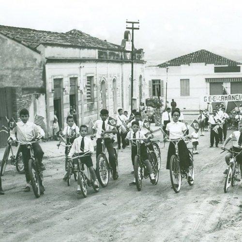 Ano de 1956: alunos comemorando a Independência do Brasil (Foto Casa da Memória Padre Gomes)
