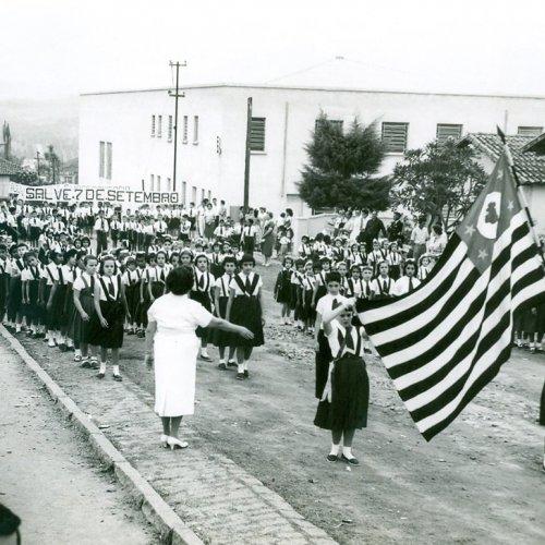 Ano de 1957: desfile passando pela rua Amâncio Bueno, em frente à escola que leva o mesmo nome (Foto Casa da Memória Padre Gomes)