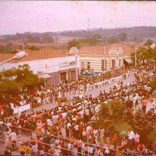 Desfiles atraíam grande público na Rua Cândido Bueno (Foto Casa da Memória Padre Gomes)