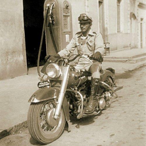 Pedro Vieira de Barros, conhecido como Pedro Guarda, da Polícia Rodoviária, abastecendo a sua motocicleta  (Acervo Casa da Memória Padre Gomes)
