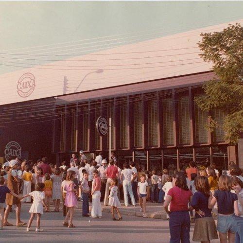 Frente do prédio próprio da Caixa Estadual, inaugurado na década de 70, na Praça Umbelina Bueno (Acervo pessoal)