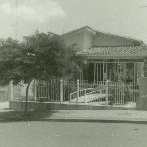 Casa onde Arlindo viveu grande parte da sua vida e que ainda hoje pertence a família, na rua Alfredo Bueno. Essa casa foi adquirida por seu Arlindo, na década de 50 e pertencia ao Pedro Guarda, que era vigilante rodoviário. (Acervo pessoal)
