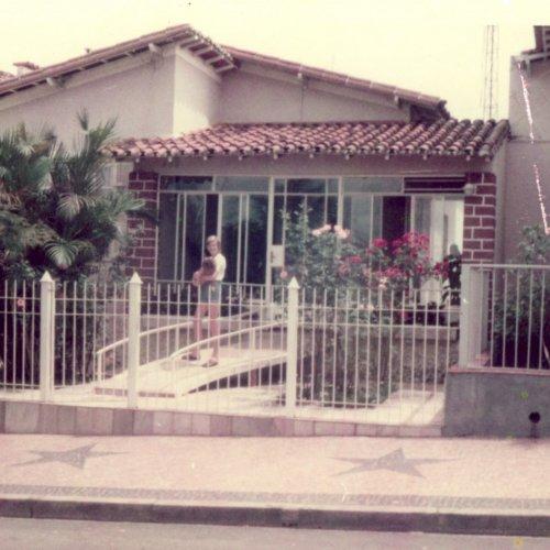 Fernando Nascimento em frente à casa dos pais junto com o cachorro Bandique (Acervo pessoal)