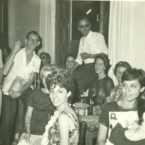 Um momento de descontração na sede social do Jaguar Tênis Clube, na rua Alfredo Engler com a esquina da rua Amâncio Bueno (Acervo pessoal)